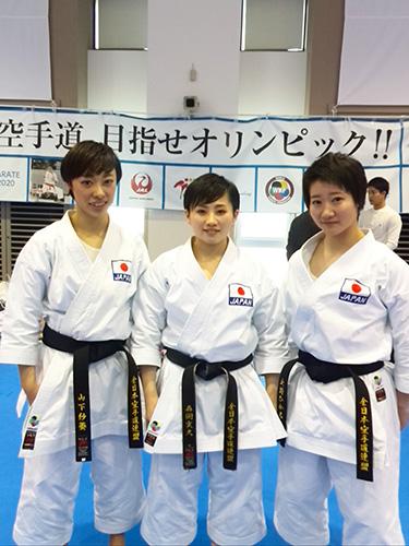 合格した女子団体形チーム。向かって左が山下紗葵選手、中央は森岡実久選手(関西学院OG)、 右が大野ひかる選手。