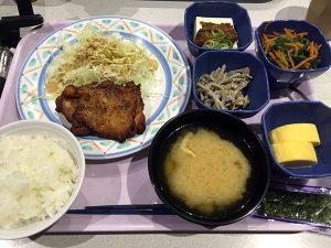 3月9日 チキンステーキ、根菜とひじきのサラダ、だし巻き、ほうれん草おひたし、肉味噌豆腐、味噌汁、味付け海苔、ライス