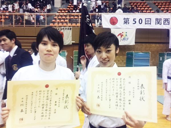 優勝した2名。女子組手55kg以下級優勝の東海志保、女子形優勝の山下紗葵