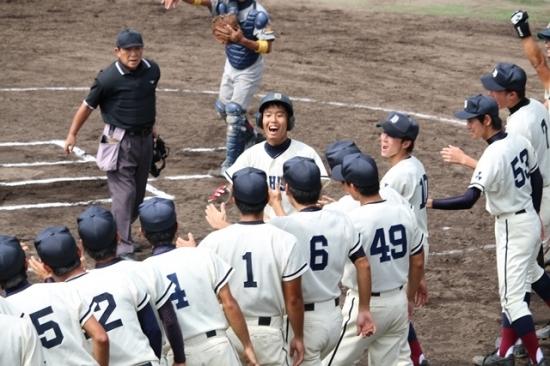 第7戦で勝ち越しホームランを放ち出迎えられる羽田(商2)