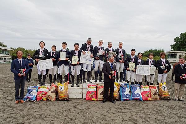 準優勝を飾った選手・監督・コーチと応援団