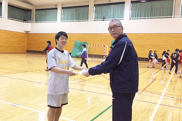 優勝の賞状を受ける高橋孝平主将(商学部3年)