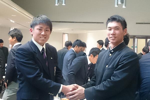 前日のレセプション/主将握手