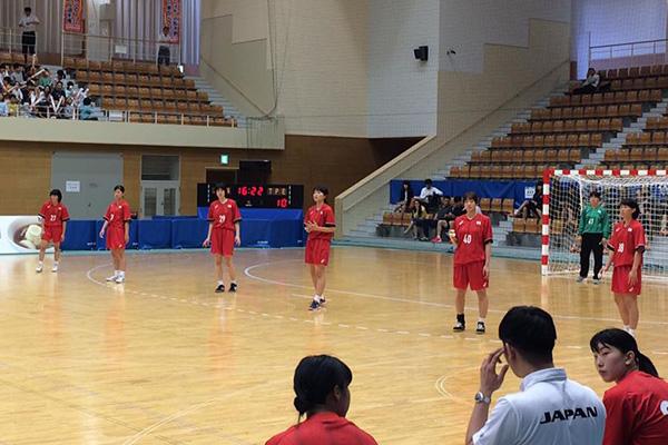 香港戦でのDFの写真、右から2人目、40番が西村選手