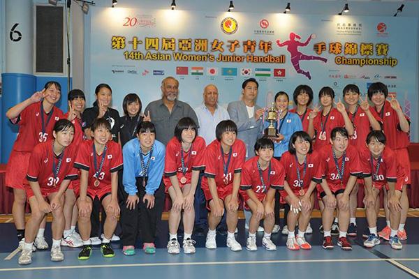 写真:試合日程と対戦結果、第3位の表彰カップと銅メダルを授与された日本チーム(後列右から3人目が西村美桜里選手)