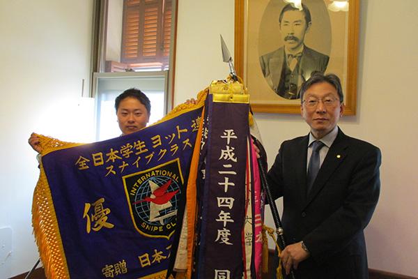 渡辺前副将からスナイプ級優勝旗を手渡す