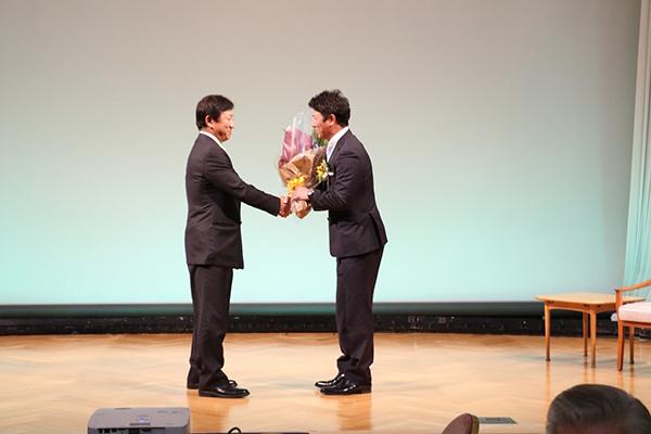 平石監督、田尾元監督と握手