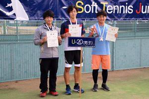 シングルス1~3位。中央が上岡選手
